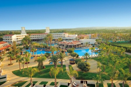 Olympic Lagoon Resort - v srpnu