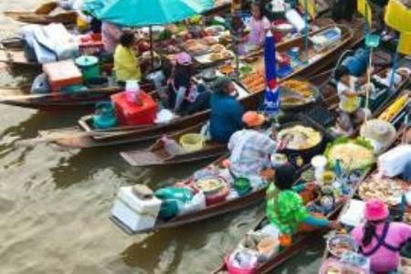 Jeden den na thajském plovoucím trhu Amphawa