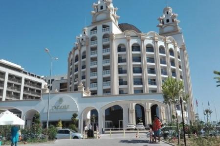 J Adora Deluxe Hotel