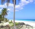 krásná liduprázdná pláž kousek od hotelu