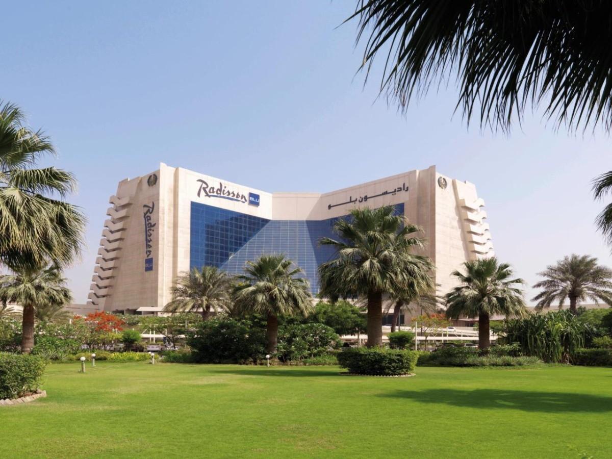 Hotel radisson blu resort sharjah spojen arabsk emir ty - Radisson blu sharjah swimming pool ...