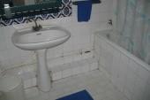 Rozbité kachličky, oprýskané trubky, plísně ve vaně, dusivý zápach desinfekce do wc...