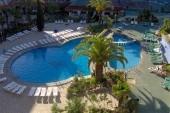 hotelový bazén focený z balkonu