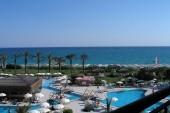 Pohled z balkonu, pláž s lehátky