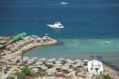 Pohled na pláž z hotelové terasy
