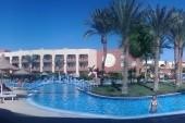 """Horni bazen, vlevo hotel s recepci, vpravo cca 300 metru k mori \""""zahradou\"""", s bungalovy"""