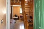 pokoj od vchodových dveří,schody nahoru do horního pokoje