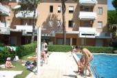 Bazén u Apartmánového domu