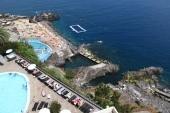 Výhled z pokoje - hotelový bazén a lido ke koupání