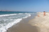 vzdálená pláž bez řas