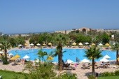 Výhled z hotelové haly na bazén