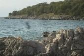 pohled na část pobřeží s kamenitou pláží