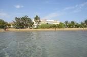 pláž u hotelu z moře