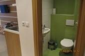 vstup do studia a malé wc