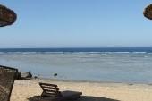 pláž a lehátka
