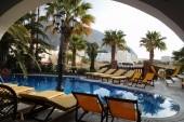 pohled od hotelového bazénu