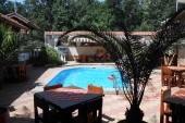 Dvorek hotelu Eos 1 s bazénem a restaurací