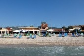 Pláž v Achavari - hotel Kormoranos