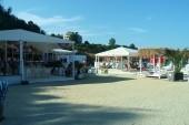 Hotelova časť pláže s barom