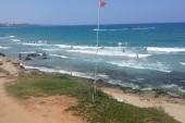 pláž a vlny přes den