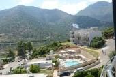 novější část hotelu s bazénem a barem