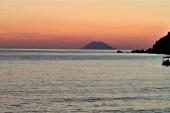 V pozadi sopka Stromboli