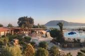 pohled z balkonu - restaurace, terasa, bazén