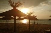 Východ slunce nad pláží.