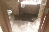 Foto koupelny po příchodu z výletu cca ve 20 hodin. Předchozí dva dny předem jsme měli v koupelně povodeň z přetékajícího odpadu a toto je výsledek opravy.