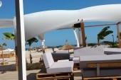 Výhled od baru na pláž
