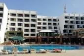 Hotel z pohledu od bazénu