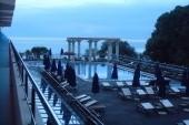pohled z balkonu k bazénu