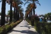 Cesta na plaz hotelovou zahradou