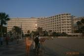 pohled z pláže na náš hotel