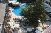 výhled z pokoje na bazén