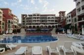 pohled na hotel od bazénu