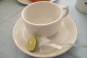 Limetka zabalená do síťoviny, aby nebyly pecky v čaji.