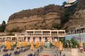 Pohled z pláže na hotel