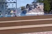 bazén s lezeckou stěnou a skokanskými můstky.