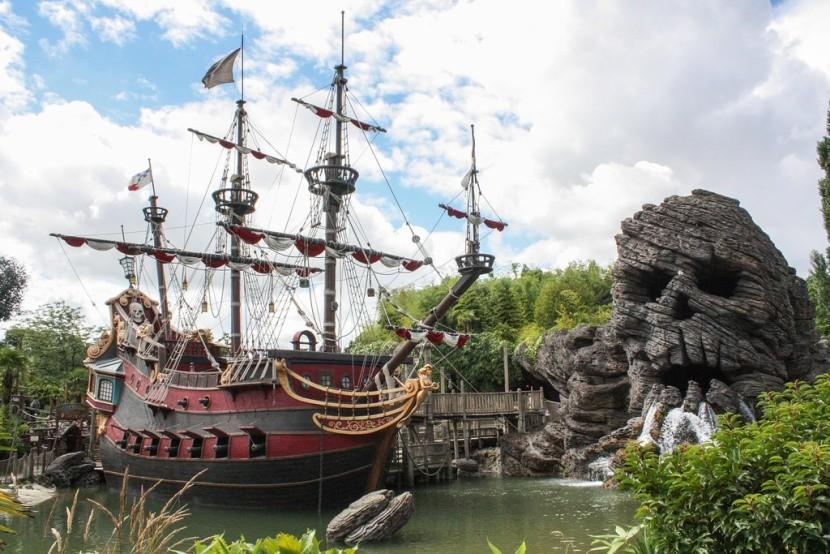 Pirátská loď v Disneylandu
