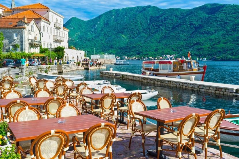 Kavárna v přístavu Perast