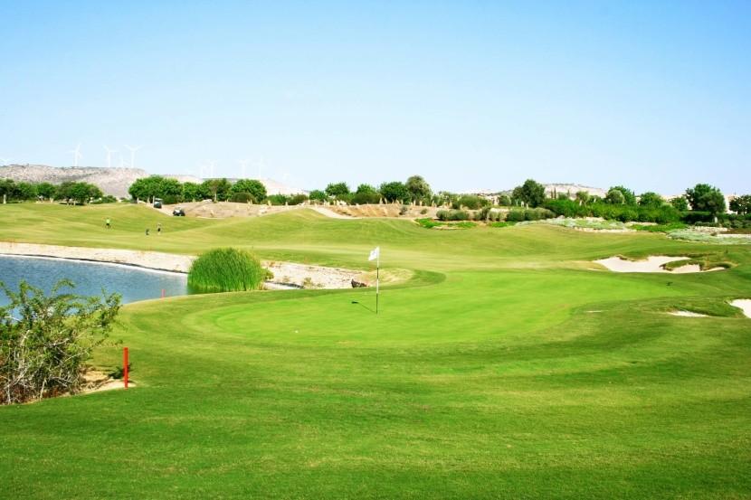 Jedno z golfových hřišť na Kypru