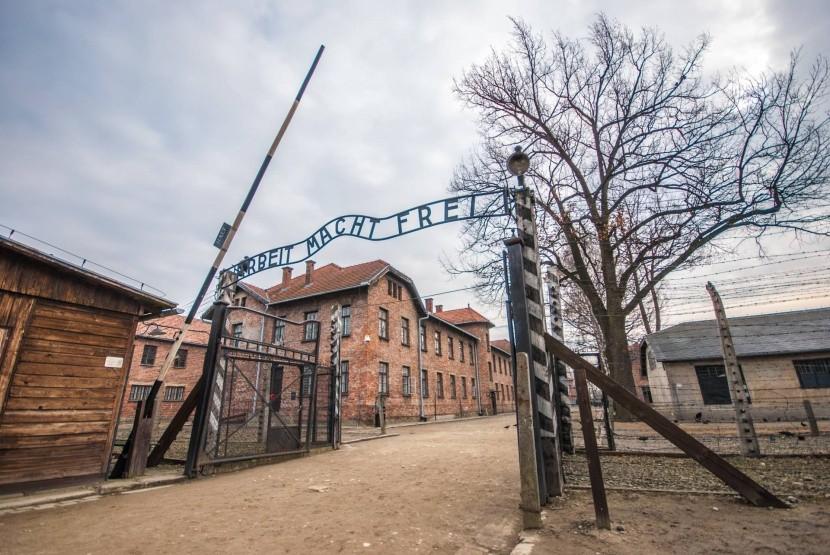 Vstupní brána do koncentračního tábora