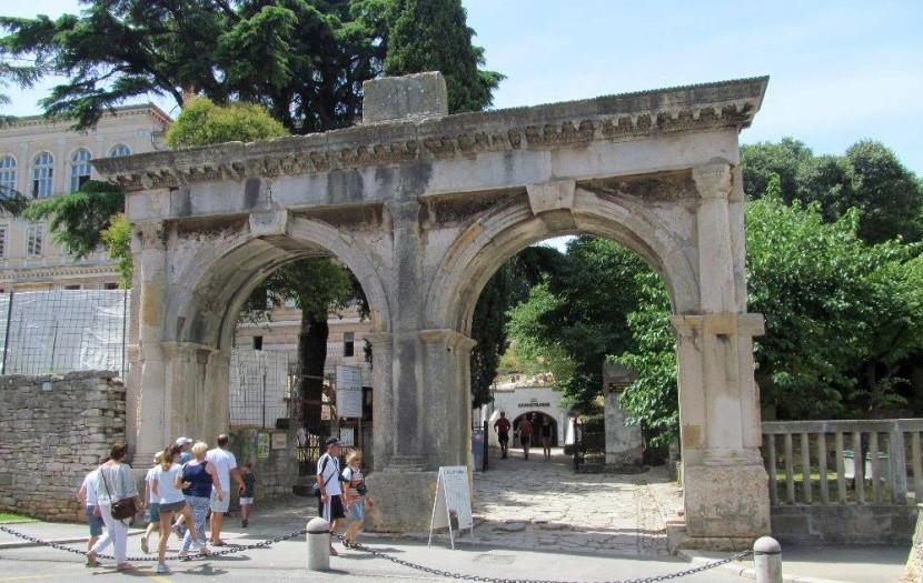 Dvojitá brána při vstupu do muzea
