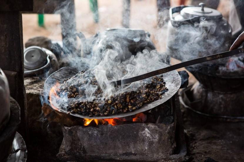 Tradiční pražení kávy v Etiopii