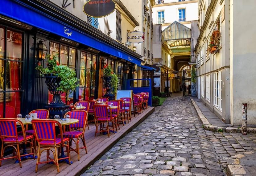 Typická pařížská ulice s kavárnou