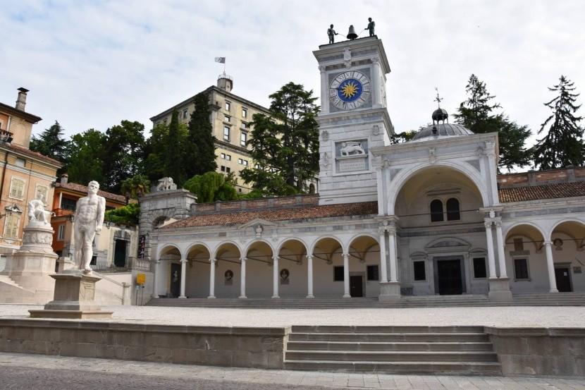 Loggia di San Giovanni s hodinovou věží