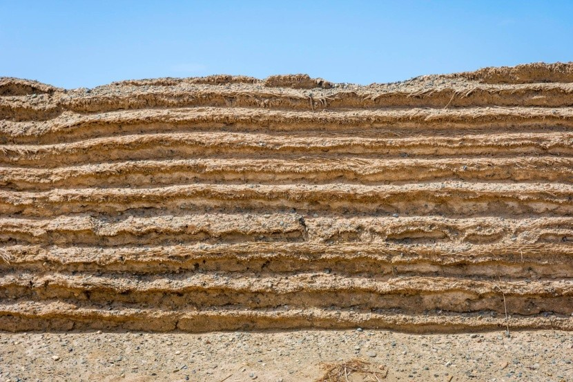 V poušti Gobi je zeď postavena hlavně z písku