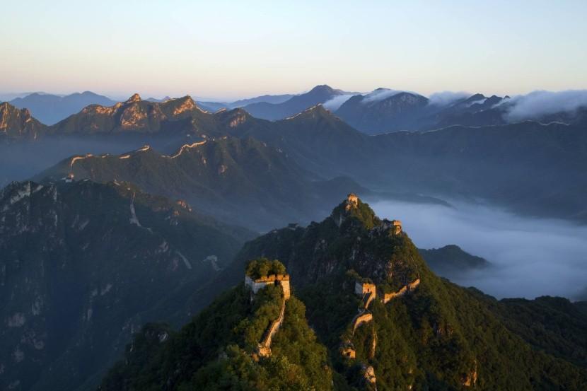 Tisíce kilometrů zdi se táhnou Čínou