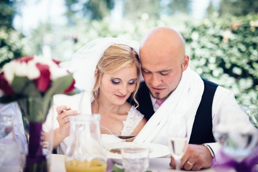 Novomanželská polévka ze společného talíře